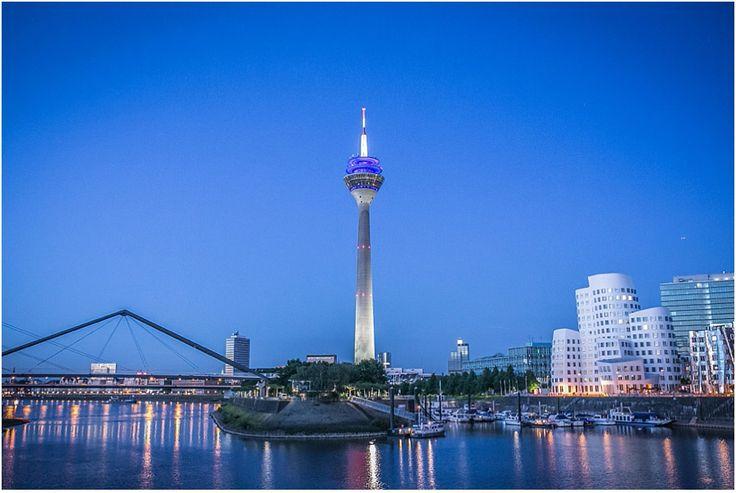 Hochzeitsfeier, Hochzeit, Skyline Düsseldorf, Fernsehturm, blaue Stunde, blauer Himmel, Spiegelung, Rhein, Rheinturm, Foto: Violeta Pelivan