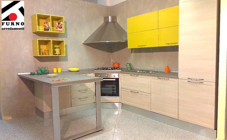 Imab Group – cucina Amalfi con penisola, col. larice chiaro con pensili a soffietto laccati senape, ml. 3,15 x 2,55 completa di lavastoviglie.  Sconto 60% Scopri i dettagli su:http://www.furnoarredamenti.it/outlet/ #furnoarredamenti #cucine #cucinecomponibili #offerte #occasioni #outlet