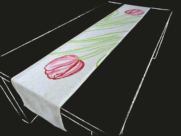 Deze Hollandse tafelloper met tulpen en op de achtergrond Amsterdamse molens wordt persoonlijk voor u gedrukt. Kies een standaard product of laat het maken in uw persoonlijke maat en kleuren. De tafelloper wordt hoogwaardig bedrukt op 246 gr/m2 stof van 100% katoen. Levertijd 4 a 5 weken.