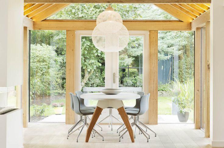 Een massief houten aanbouw aan het huis met minimale kozijnen en subtiele ledverlichting in de - Tafel josephine wereldje van het huis ...