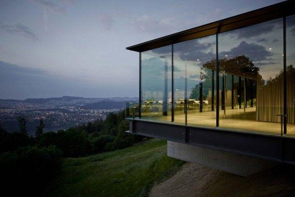 Réalisé par le studio suisse MLZD, Gurten Pavilion est un bâtiment de 800 mètres carrés conçu pour accueillir des événements publics et privés, des banquets officiels et des conférences, il est situé sur une montagne connue sous le nom de Gurten.  Les rideaux extérieurs reculent à travers la façade vitrée de ce bâtiment à Berne, en Suisse, pour offrir aux visiteurs une vue imprenable sur les montagnes environnantes. Le pavillon est vitré sur les quatre côtés...