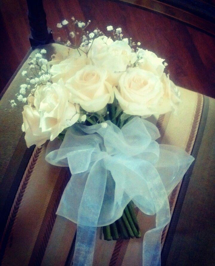 Bouquette de rosas y gypsophillias. Ramo muy vintage en su estilo y con su blonda de organza. Otra belleza de #Lascosasbellas.