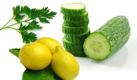 MASCARILLA PARA ELIMINAR LAS MANCHAS DE LA PIEL pepino limon perejilINGREDIENTES:  Un pepino (tamaño mediano)  Medio limón  Perejil fresco (un manojo)     PREPARACIÓN:  Pelad el peino (reservando las tiras de la piel), y una vez pelado y cortado en trozos, introducidlo en el vaso de la batidora. Exprimid el medio limón (reservando la pulpa), e incorporad el zumo al vaso, con el pepino, así como el manojo de perejil. Batidlo hasta obtener una pasta.