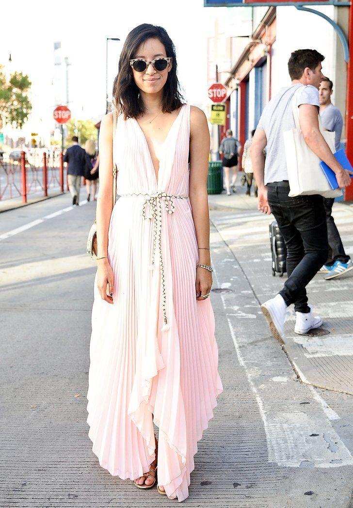 Pin for Later: 40 fabelhafte Outfits für den Rest des Sommers Sommer Street Style Das perfekte Kleid für Sommer-Hochzeiten oder faule Strand-Tage.