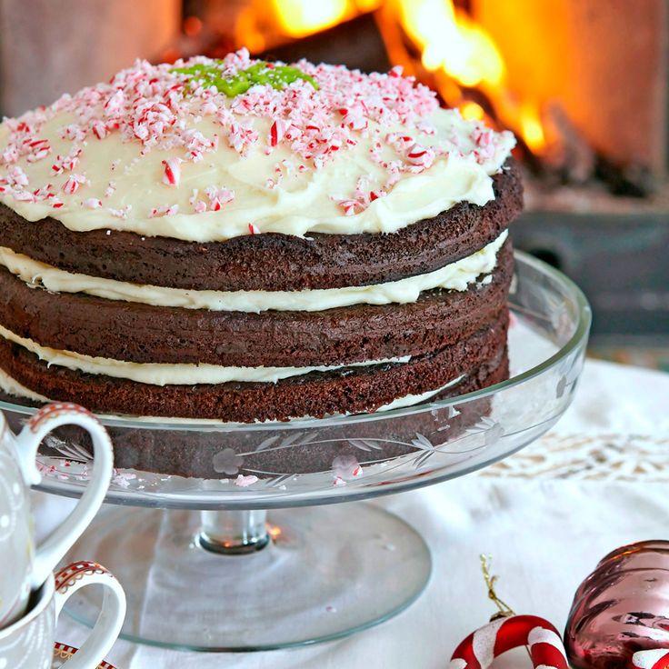 Chokladkaka i flera lager med mintkräm mellan bottnarna och krossade polkagrisar på toppen. Foto Thomas Hjertén
