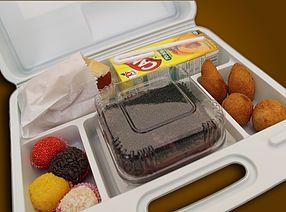 1 Bolo. 4 Docinhos na Marmitinha 4 Salgadinhos Fritos 1 Mini Hot Dog 1 Suco de caixinha Maletinha Plástica Personalizada
