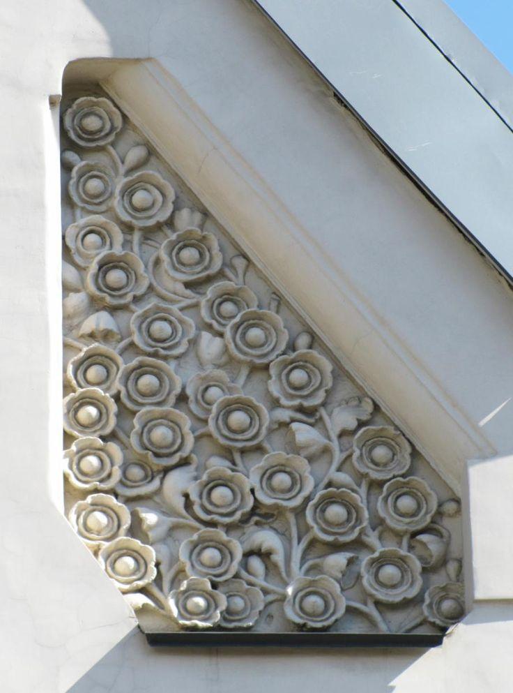 Особняк А.И. Кекушевой. Лепное панно с растительным орнаментом.