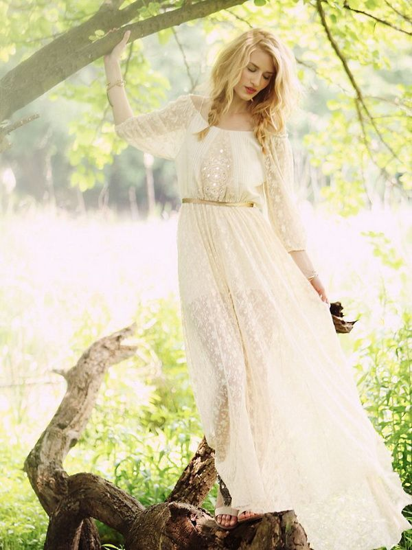 БОХО Образ невесты: легкие, струящиеся платья из натуральных тканей, с цветочными мотивами аксессуары из цветов (особенно венки) обувь на низком каблуке макияж nude прическа - распущенные локоны либо небрежный пучок ленты, повязки, цепочки, пояса