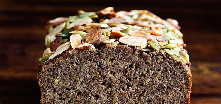 Deze metchaithee op smaak gemaakte courgettecake is natuurlijk gezoet; met honing en appel.Een onweerstaanbaarzuivel- & glutenvrijevariatie op de vruchtencake! thee& courgettecake Een kruidigezuivel-& glutenvrije cake met pijnboompitten en honing gebak | 8 personen 60 mlnotenolie,zoals bijv. amandelolie 80ml honing+ extra voor eroverheen 10g losse groene thee 120 g boekweitmeel** 50 g amandelmeel*** 35 g kokosmeel***...