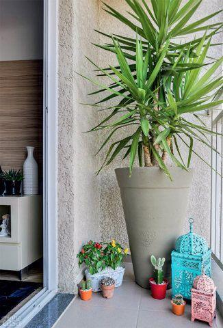 A sacada estreitinha ficou mais charmosa com as lanternas marroquinas coloridas e com a iúca plantada em vaso. Dona de folhas resistentes, que não exigem poda, essa planta se desenvolve bem em terraços de apartamento.