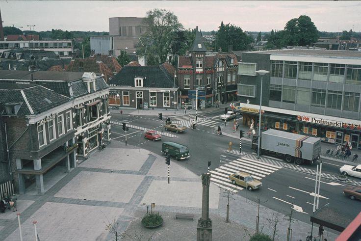 Koornmarkt. Wierdensestraat liep door in de Hofstraat en in de Grotestraat zuid nog verkeer. Wel een mooie plek voor het Monument!