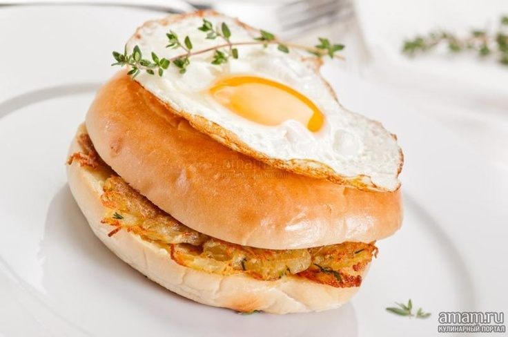 Бейгл с картофельными драниками и жареным яйцом