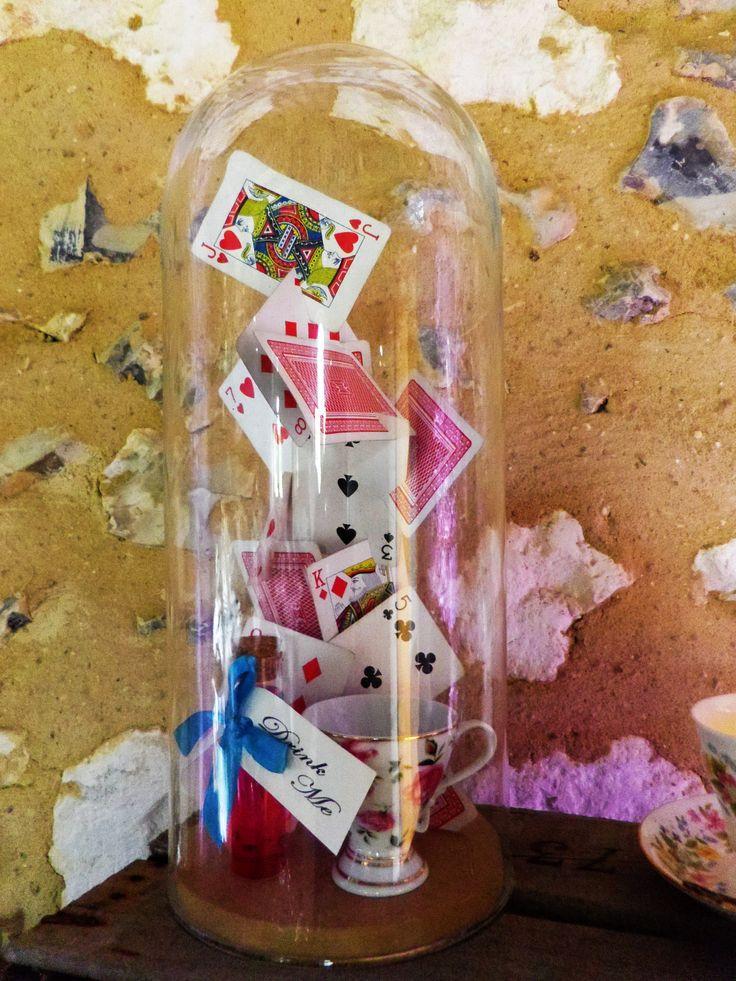 Mariage thème Alice au Pays des Merveilles Cloche avec flacon Buvez-moi ruban turquoise tasse et château de carte Sarah Farsy Scénographie