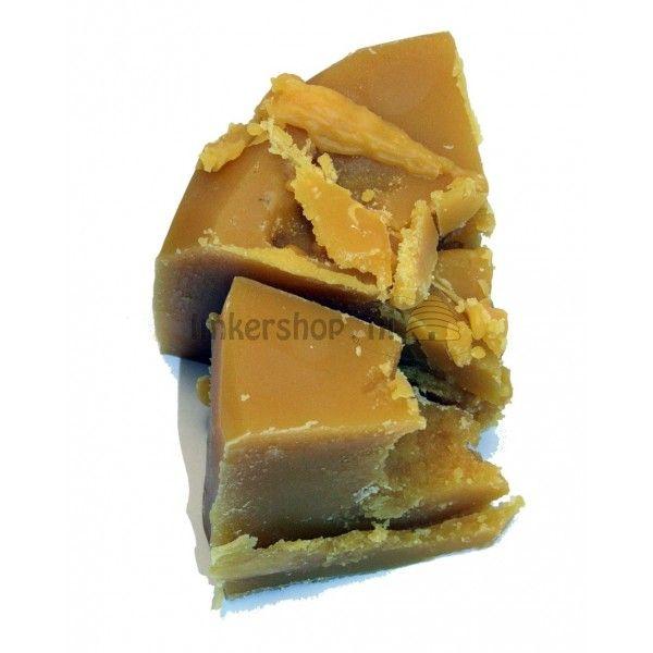Bijenwas, brokken. De bijenwas is ideaal voor het maken van kaarsen of eigen raat.