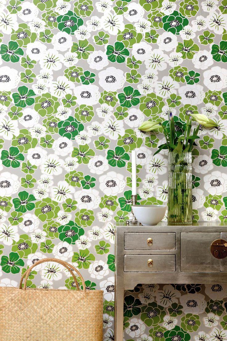 Härligt limtryckt retromönster med blommor. Blandningen av matta och blanka tryckfärger gör att tapeten ändrar uttryck beroende på hur ljuset faller på väggen och vilken tid på dagen det är. En klassiker i Mimous sortiment och lika fin att tapetsera hela rummet med som att göra en fondvägg av. Ashbury är en non woventapet, vilket gör tapetseringen enklare genom att du stryker limmet direkt på väggen och sedan sätter upp tapeten. Ett vävlim skall användas, eftersom ett vanligt tapetlim är…