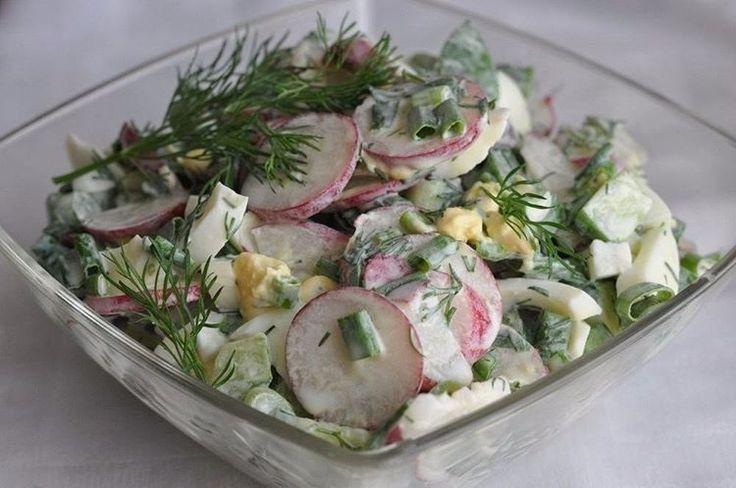 СВЕЖИЙ САЛАТ С РЕДИСКОЙ И ЯЙЦОМ  Ингредиенты: - Редиска свежая — 200 гр - Огурцы — 2 шт - Яйца — 2 шт - Листья салата — 4-5 шт - Лук зеленый — 3 шт - Укроп свежий — по вкусу - Соль — по вкусу - Сметана— по вкусу  Приготовление:  1. Подготовьте ингредиенты. Яйца отварите вкрутую, зелень и овощи хорошенько промойте.  2. Крупно нарезаем листья салата, кладем в салатницу.  3. Редис очищаем от корней и стеблей, нарезаем на тонкие колечки и добавляем к салату.  4. Добавляем крупно нарезанные яйца…