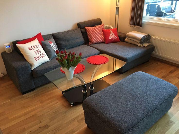 FINN – Mørkegrå 3-seters hjørnesofa med sjeselong og puff + glassbord