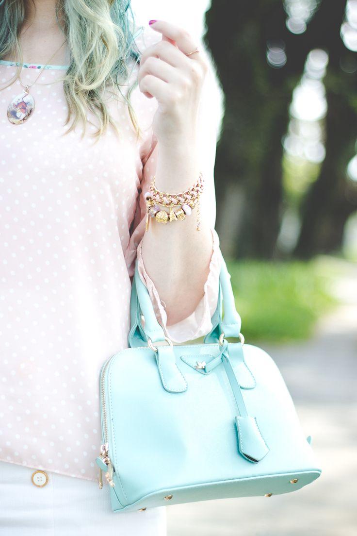 Look romântico com peças em tons de branco rosa claro e verde menta blusa poá saia de cintura alta com botões bolsa verde menta e acessórios dourados