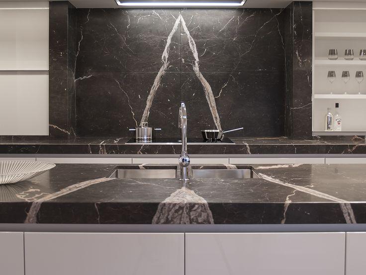 Indrukwekkenden keuken uitgewerkt in marmer new saint laurent mat ...