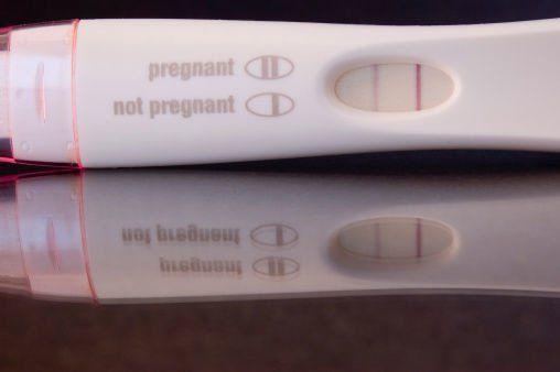 Si eres un hombre y miccionas sobre un test de embarazo, lo normal es que obtengas un resultado negativo. No obstante, si el resultado es positivo, puede que exista un problema y que debas visitar al urólogo, ya que distintos tipos de cáncer testicular dan este tipo e resultados.
