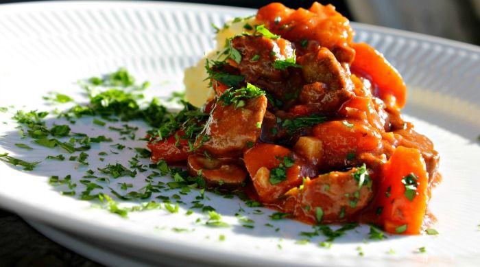 Varm, krydret, fyldig ogmættende– og den er endnu bedre dagen efter . Til 4-5 personer 4 løg 3 gulerødder 1rød peberfrugt 2 fed hvidløg 2-3 spsk. olivenolie 600 g oksekød i terninger (bov, yderlår, inderlår, klump eller mager tykkam) 2-3 spsk. hvedemel salt og peber 1 stor spsk. mild paprika ½ tsk. rosenpaprika ½ tsk. …