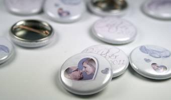Buttons als Gastgeschenk - coole Errinerungsstücke!  Foto: WeddingEve by Hüfner Design