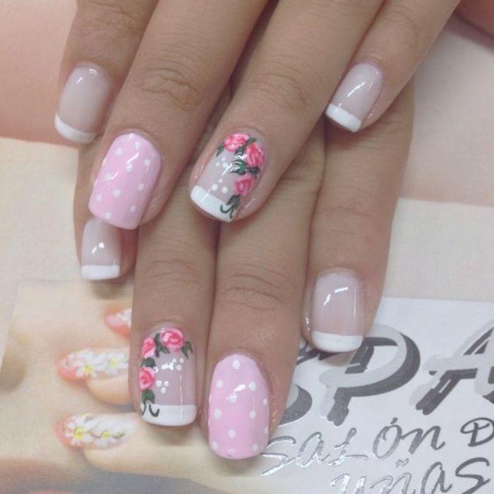 diseño de uñas romántico, color rosa, con puntos blancos, dibujo de rosas en el dedo anular