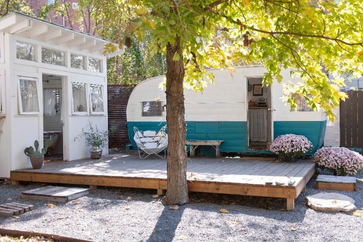 """J. Wes Yoder comprou um modelo Shasta, de 1963, pelo eBay por US$ 1.900. O veículo foi restaurado e está disposto sobre um deck no jardim, funcionando como """"casa de hóspedes"""""""