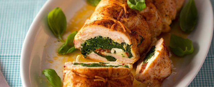 Kuřecí prsa naklepejte a z obou stran osolte, opepřete a posypte grilovacím kořením. Na pracovní plochu si položte potravinářskou fólii a vyskládejte...