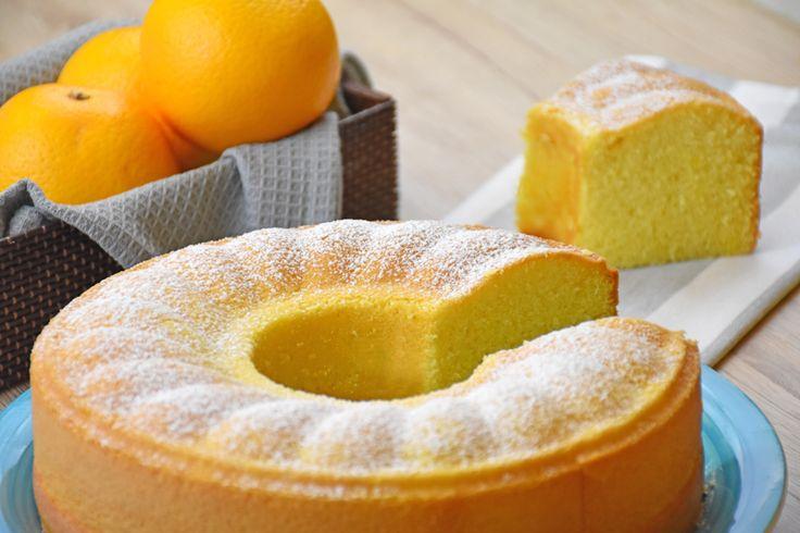 Ciambellone all'acqua all'arancia 350 g di farina 00 180 g di zucchero 200 ml di acqua 100 ml di olio di semi 200 ml di succo d'arancia scorza di 2 arance 1 bustina di lievito vanigliato