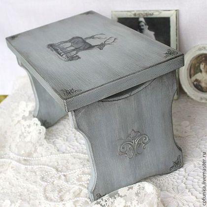 Купить или заказать Банкетка 'Grey French' ( скамейка, декупаж) в интернет-магазине на Ярмарке Мастеров. Небольшая банкетка из массива дерева, для интерьера в стиле прованс, винтаж, ретро. Благородного серого цвета, с принтами оленей. Тонирована, немного состарена. Прекрасный подарок для ценителей ручной работы. Другие работы из этой коллекции вы можете посмотреть, пройдя по ссылке www.livemaster.ru/cotunka?cid=200071&clb=1&sort=&sorder= Все материалы, использованные в работе не то…