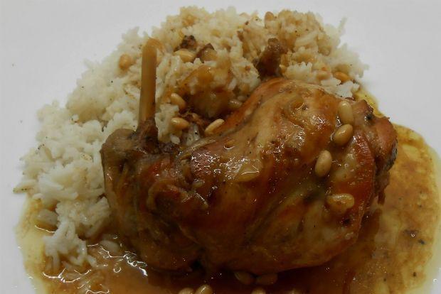 Το κουνέλι, σε γενικές γραμμές, μαγειρεύεται σαν το κοτόπουλο. Το κρέας του δεν έχει λίπος και έτσι χρειάζεται ήπια φωτιά, ώστε να μη στεγνώσει και σκληρύνει. Του ταιριάζουν, λοιπόν, περισσότερο οι συνταγές με σάλτσες, στην κατσαρόλα, και ιδίως η μαυροδάφνη του δίνει μια ιδιαίτερη, λεπτή γεύση. Δοκιμάστε το.