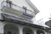Balcón casa unifamiliar  01/2008, Biel, Suiza   Potencia: 1.76 kWp  Producción de energía: 1'500 kWh/año   Ahorro de CO2: 0.75 t/año    Tipo de instalación: Fachadas, Redes
