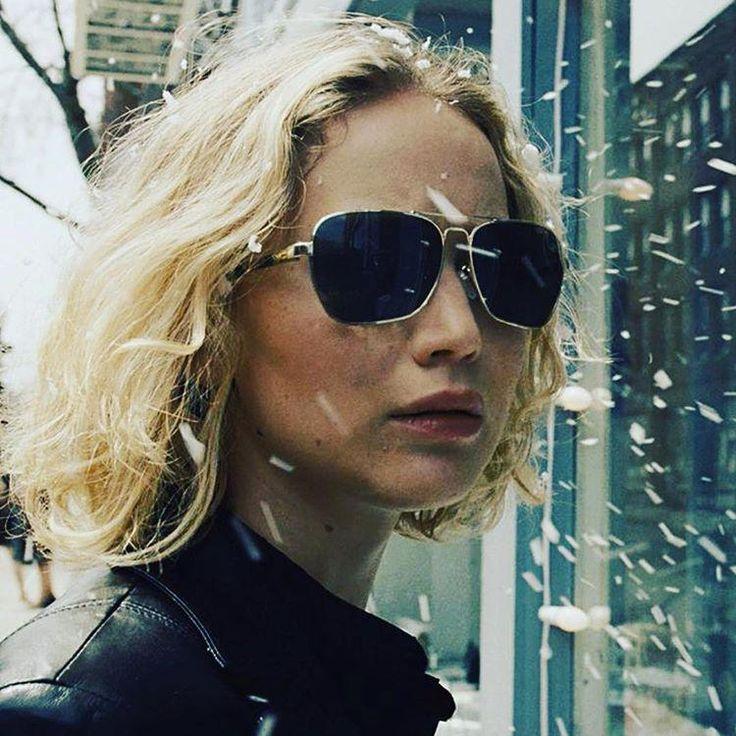Una noche de domingo estaba haciendo zapping y me encontré con una película de Jennifer Lawrence. Debo confesar que nunca fue de mis actrices favoritas, sin embargo, dejé esa película porque no había nada interesante para ver. Joy: el camino del éxito se llamaba el film y entonces recordé que ha