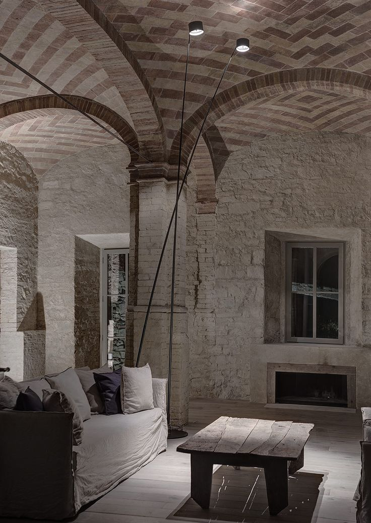 House in Montalcino. 2015 Project: Gerda Vossaert Architect Lighting project: Davide Groppi and Daniele Sprega. Lamps: Davide Groppi. In this photo SAMPEI floor lamp.