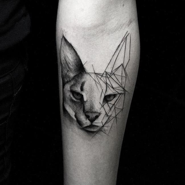 Über 20 Werke des Künstlers Kamil Mokot, der geometrische Tattoos mit Holzkohlegeschmack entwarf