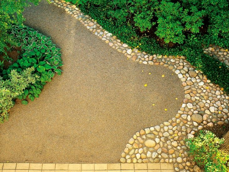 Gartenweg aus Sandstein und Kiesrand