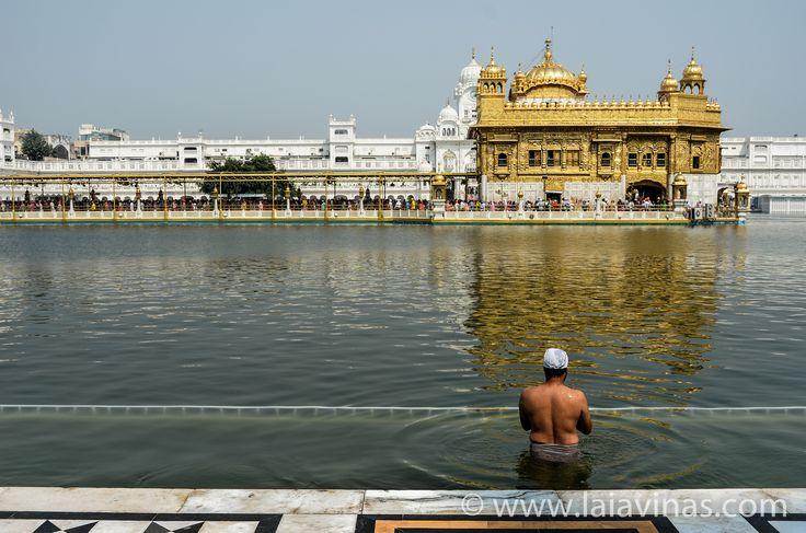 Amritsar. Ciudad próxima a la frontera indio-pakistaní. Su nombre significa 'estanque (sara) del néctar de la inmortalidad (amrita), y es el hogar del Templo Dorado, epicentro cultural y espiritual de la religión sij. Este santuario atrae más visitantes que el Taj Mahal.  #RTW #nikon #TTOT  #TravelAddict #india #asia #oneyeartrip  https://laiavinas.com/reportajes/viajes/india-2015/