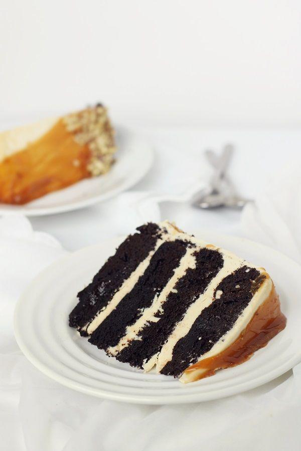 Tort cu caramel si ciocolata unul dintre cele mai bune torturi, cu blaturi umede, crema de bezea elvetiana si sos caramel.