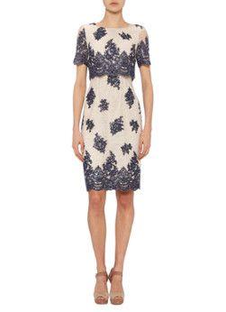 Deze elegante Ariel jurk van Phase Eight is vervaardigd uit een verfijne katoenkwaliteit en is verrijkt met pailletten. Het aansluitende ontwerp is voorzien van korte mouwen, een ronde halslijn en een overlay aan de bovenzijde. Op het achterpand sluit de jurk met een blinde ritssluiting en knoopjes.