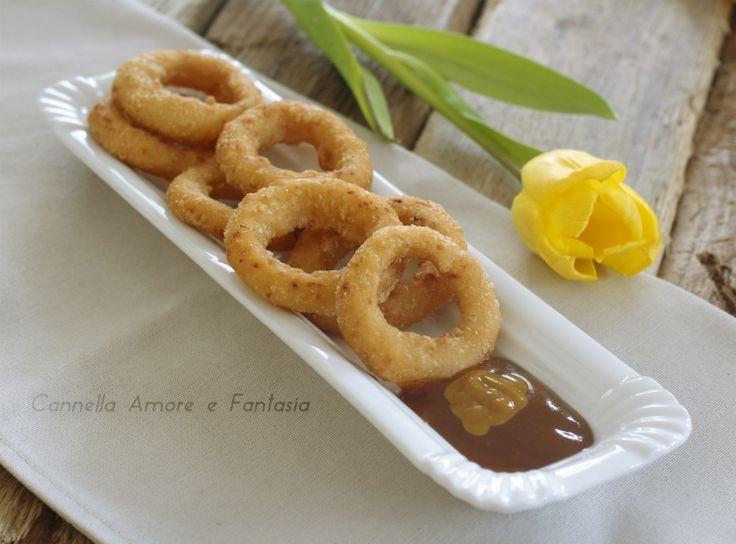 Gli anelli di cipolla in pastella sono un contorno sfizioso un finger food strepitoso o perfetti da servire con formaggi e salumi.