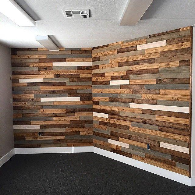 Отделка стен деревянными брусками фото