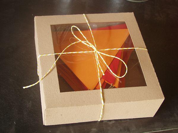 Χάρτινα σημαιάκια σε κουτί για δώρο