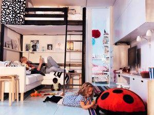 Kleine huiskamer met hoogslaper. In deze multifunctioneel ingerichte kleine woonkamer is er toch nog plek om te slapen. De volwassenen slapen in een hoogslaper boven de bank. zo maak je optimaal gebruik van de ruimte. verder is er gebruik gemaakt van slimme ruimtebesparende meubels zoals de stapelbare krukjes. Ikea