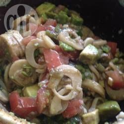 Palmherzsalat mit Avocado und Tomate - Ich hatte noch eine Dose Palmenherzen rumstehen und hab gestern diesen leckeren Salat kreiert. Hat sogar meiner Tochter geschmeckt.@ de.allrecipes.com