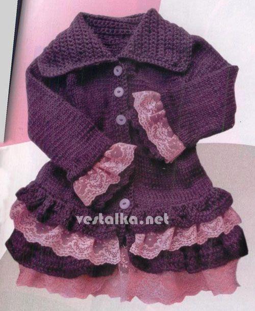 Шикарное пальто для девочки с кружевными оборками, связанное крючком и спицами из шерстяной пряжи