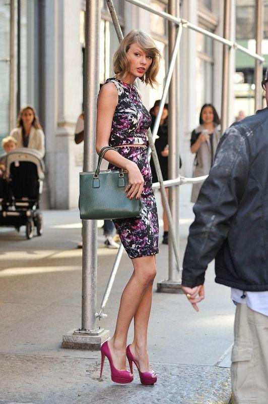 Тейлор Свифт в прекрасном платье с принтом и туфлях на каблуке