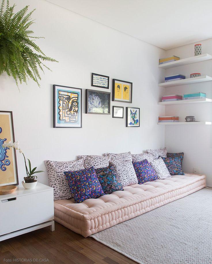 Aqui, o futon rosinha serve de sofá baixo. O conforto do ambiente fica por conta do tapete acolhedor e das muitas almofadas.