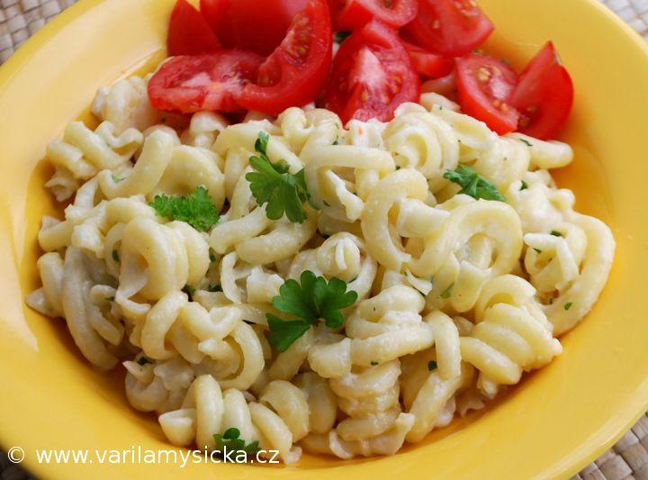 Těstoviny Alfredo patří mezi základní jídla italské kuchyně. Inspirujte se. Můžete si připravit tradiční kalorickou variantu, nebo omáčce značně odlehčit.
