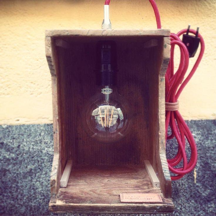 Tenemos un nuevo compañero en @_hl2_ su nombre es Nacho su marca es ManoMade y nos encanta lo que hace cosas como esta lámpara que llamaremos #lightinabox totalmente #artesanal trabajo en #cuero y #madera con detalles que no tienen desperdicio. Iremos presentando sus piezas. #handmade #artesania #woodcraft #woodworking #lightbox #lights #lampara #led #wood #Mano_Made #rastro #rastromadrid #pinterest